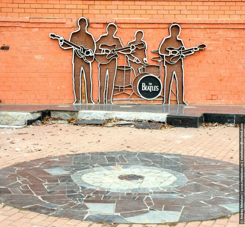 на кирпичной стене The Beatles
