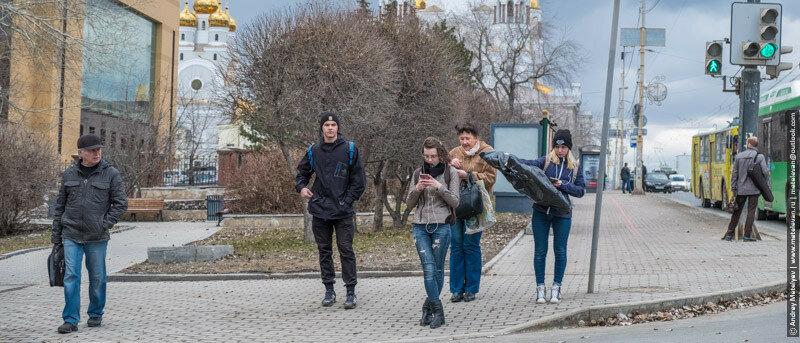 люди стоящие на пешеходном переходе