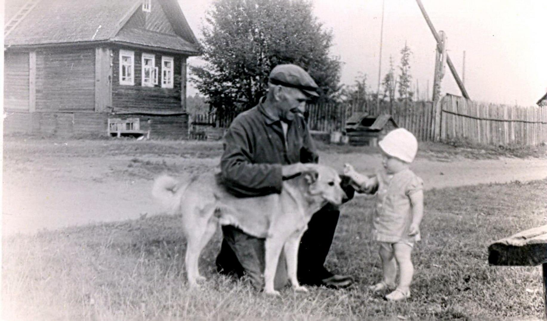 1964. У лавочки на берегу реки Чагодощи