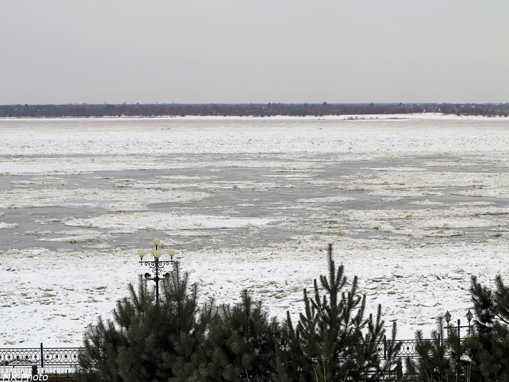 Льдины плывут по Амуру