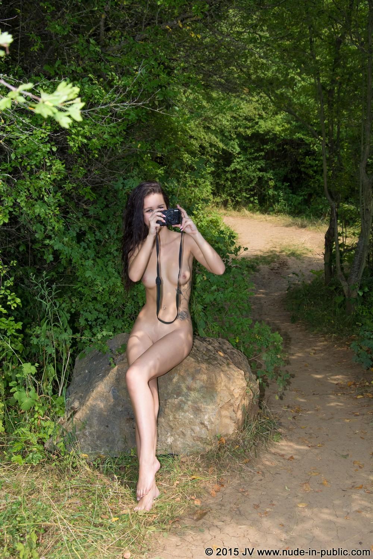 Обнаженная Silvie на прогулке
