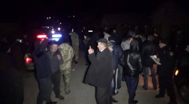 Быстро же запаніли: В Черновицкой области пьяные патрульные угрожали людям оружием - активист (фото)