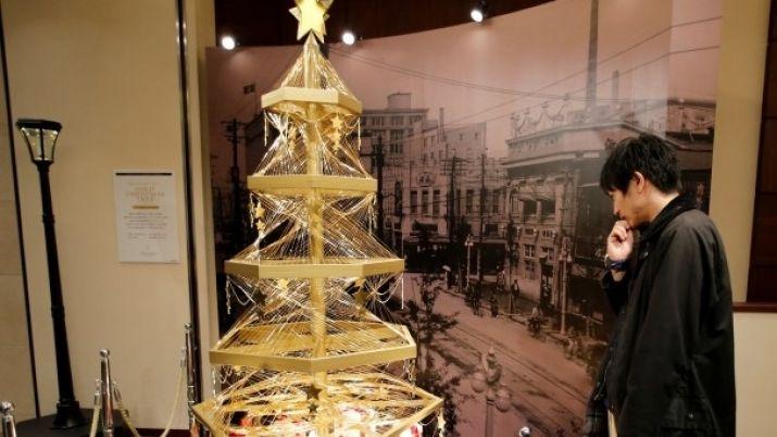ВЯпонии установили двухметровую елку иззолота