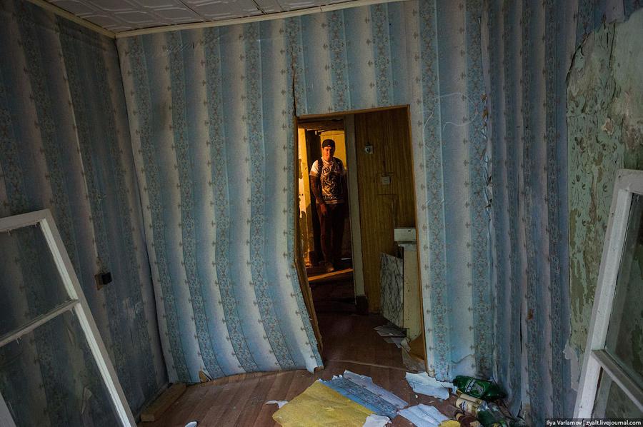 20. После очередной «усадки» стену в этой комнате разломило пополам, а окно просто выпало.
