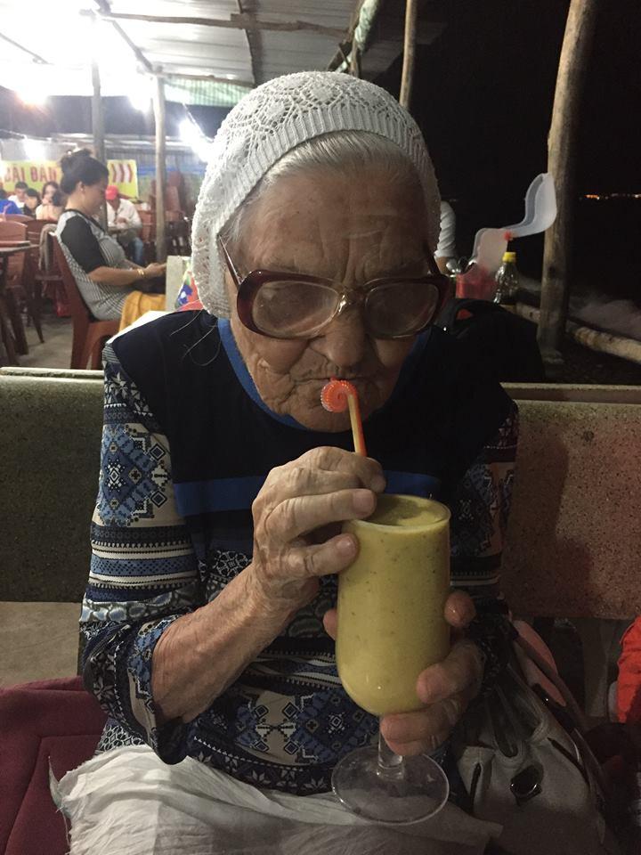Баба Лена путешествует с рюкзаком. Хотя ей тяжело его носить, всегда находятся люди, готовые помочь.