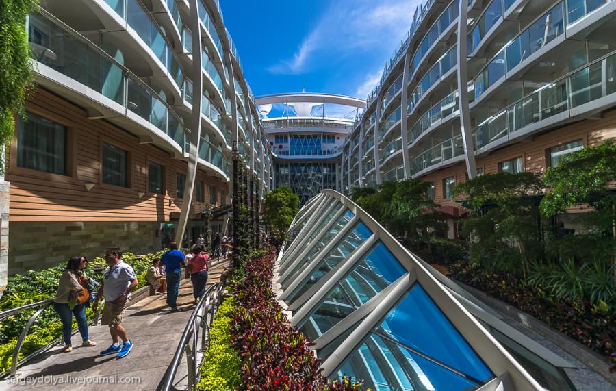 23. Стеклянные крыши предусмотрены для прогулочной зоны, которая расположена тремя этажами ниже. Зде