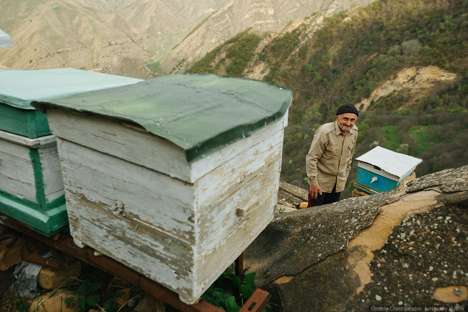 17. Разговаривать Абдулжалилу приходится только с пчелами и стареньким радиоприемником. В его х