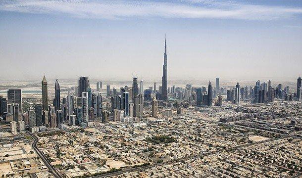 На поверхности — это яркий и блестящий современный город, однако незаметно от всех существует