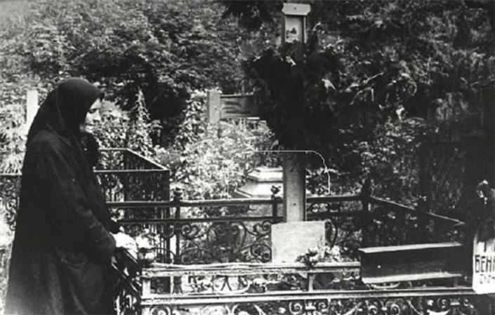 5 августа 1925 года в 5-м номере гостиницы «Англетер» был обнаружен труп мужчины, в котором полиция