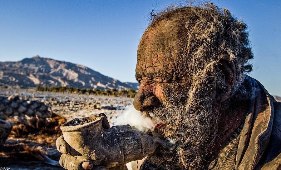 5. Любопытный фотограф угостил бродягу сигаретами, которые тот тут же решил выкурить пучком.