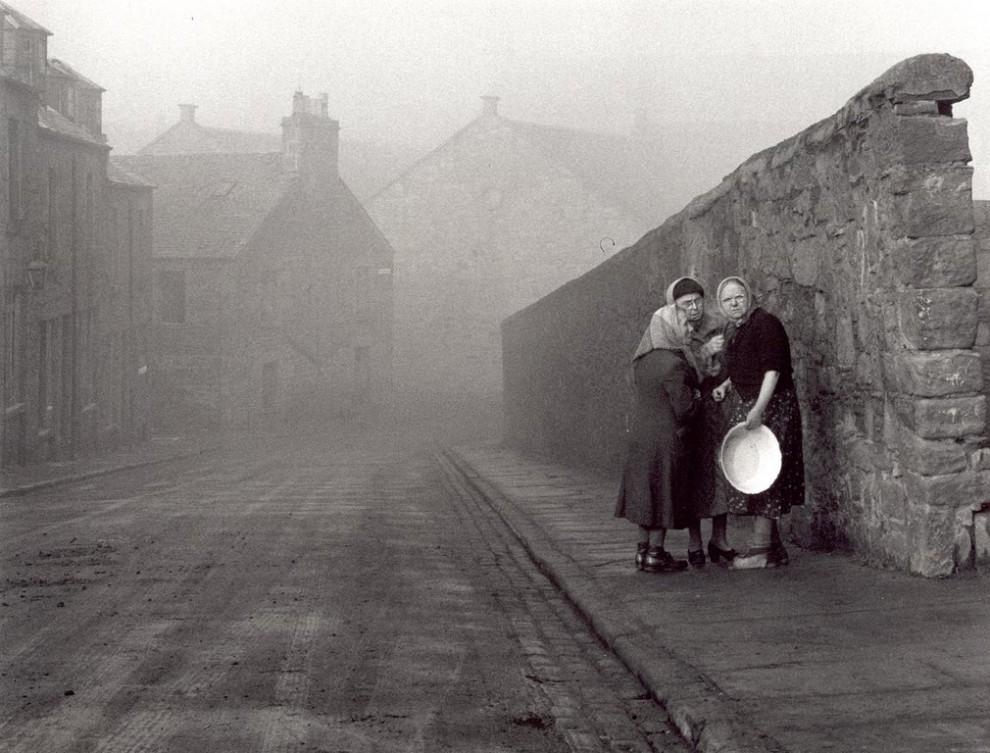 Флоренция, Италия, 1958 год. Флорентийцы стали свидетелями фотосессии. Фотограф: Jane Bown.
