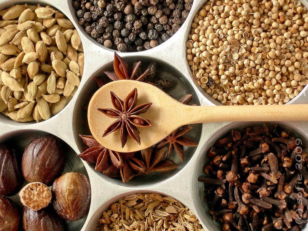 1. Чтобы освежить аромат молотых специй и приправ, разогрейте их на полной мощности тридцать секунд.