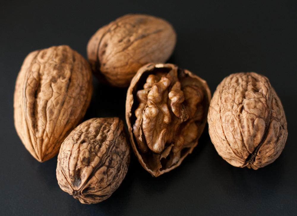 4. Грецкие орехи легко очистить от кожуры, прогрев их в воде четыре-пять минут на полной мощности.
