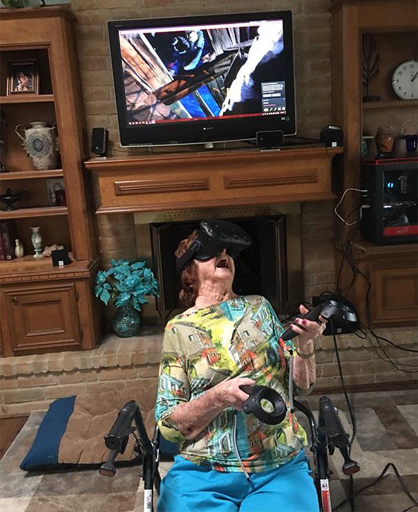 96-летняя женщина впервые очутилась в виртуальной реальности.