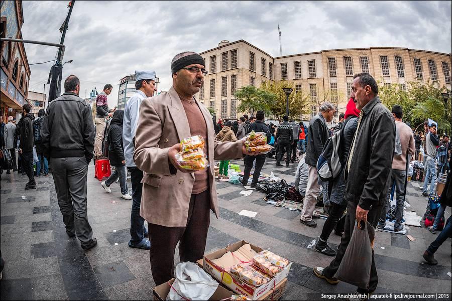 8. Женщина, торгующая на рынке, в Иране довольно большая редкость