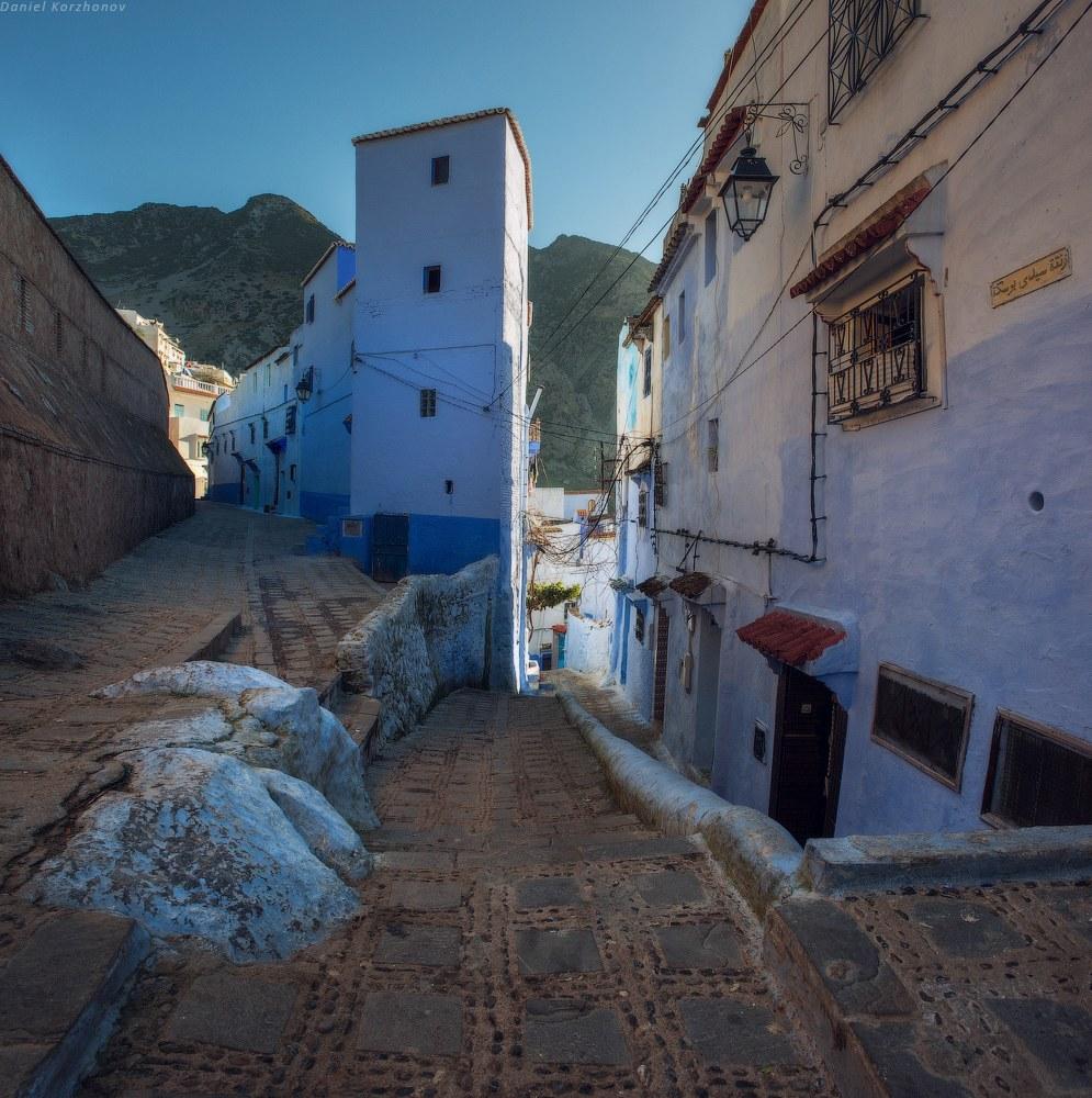 Откуда же появилась такая традиция — красить дома в небесные краски индиго? История города нача