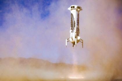Компания Blue Origin представила фото собственной многоразовой ракеты для космического туризма