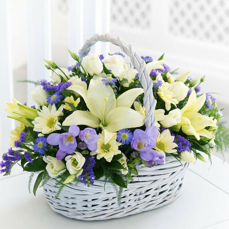 buket-cvetov-v-beloi-korzine.jpg