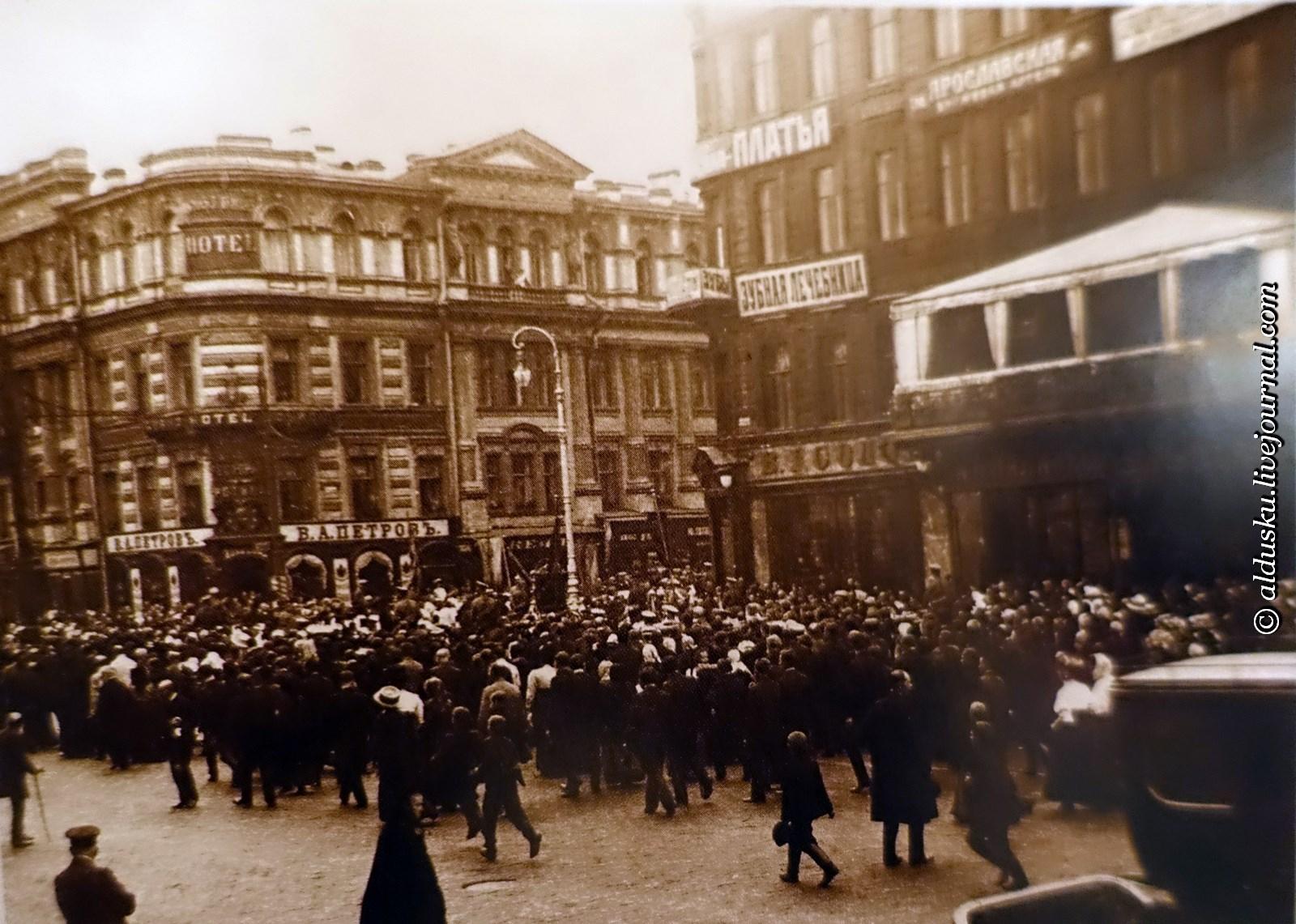 У ресторана Палкин. 1917
