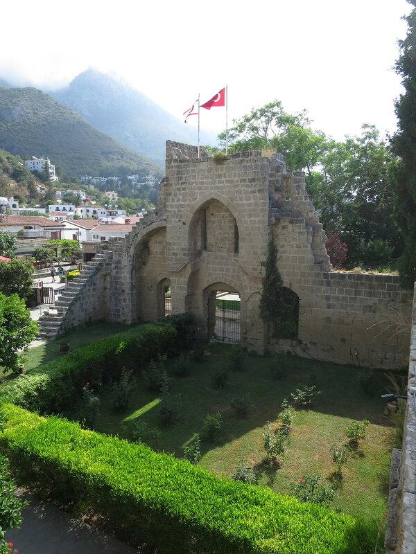 Беллапаис. Вход и внешний двор монастыря