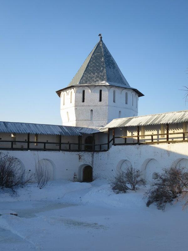 Спасо-Прилуцкий монастырь. Западная башня с внутренней стороны