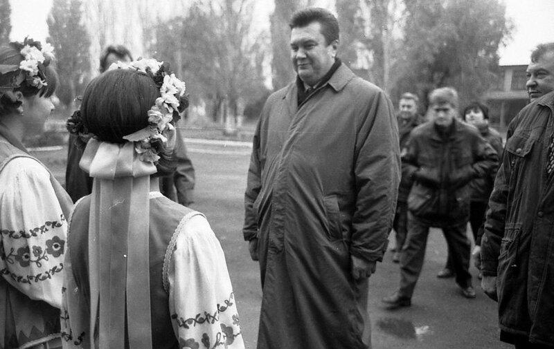 В.Ф. Янукович в селе Многополье Амвросиевского района.jpg