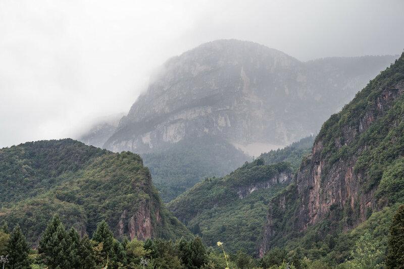 скалы в тумане в Мерано, Альпы, Италия