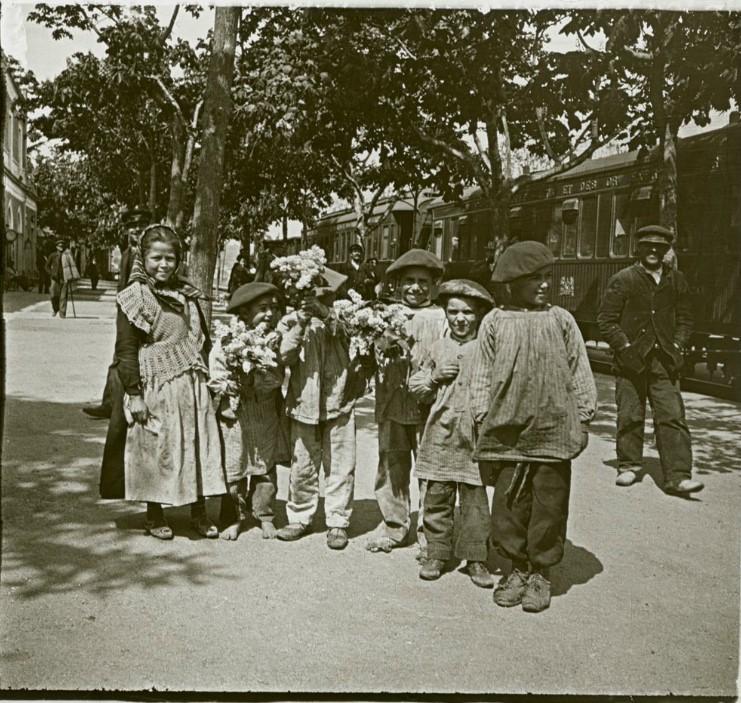 1903. Дети, продавцы цветов, на станции Антекера. Испания