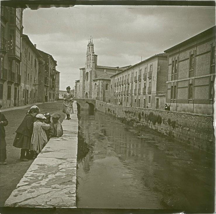 1903. Дети, играющие у канала. Испания, Бургос