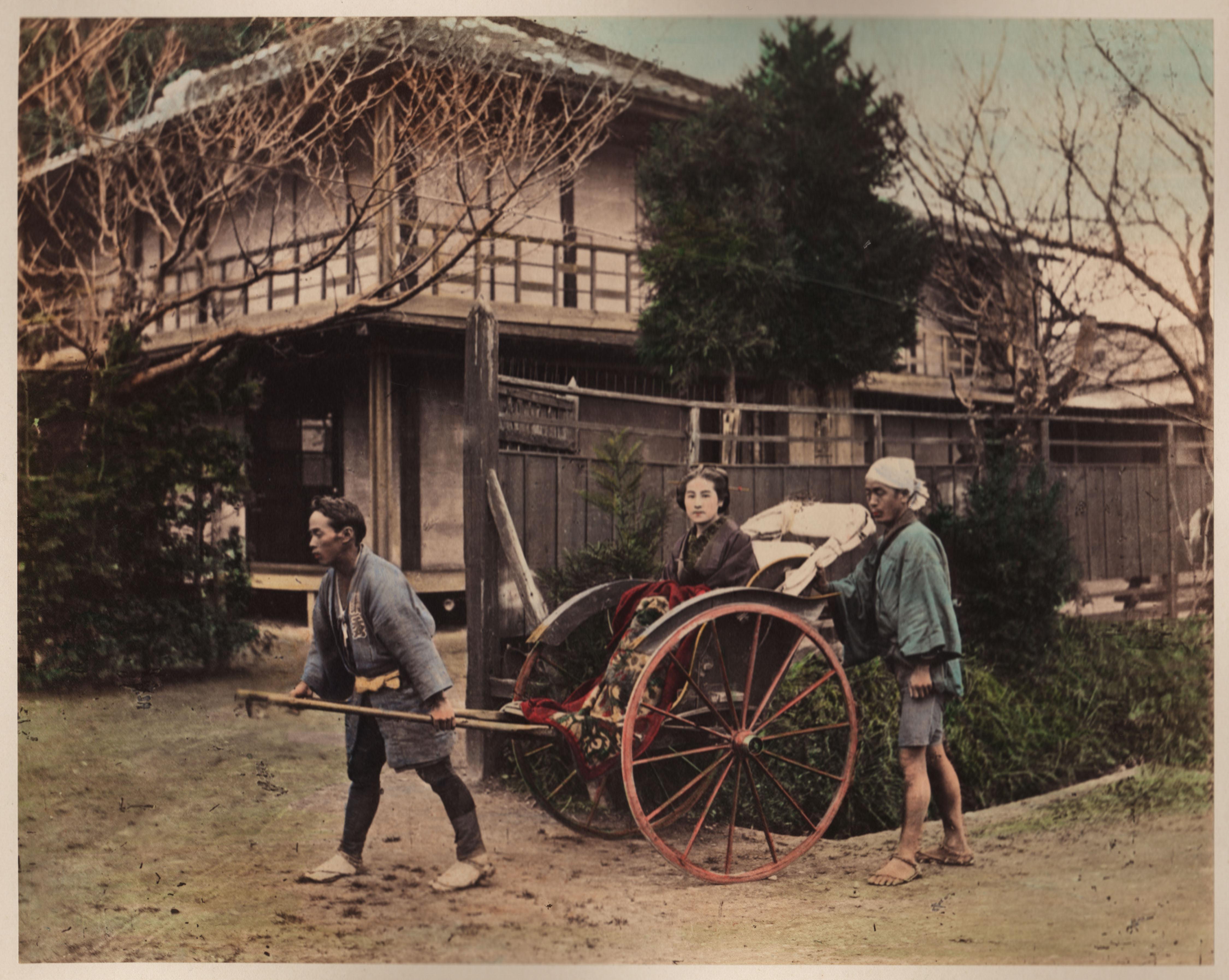 Рикша везет зажиточную женщину по улицам Токио. Примерно 1890