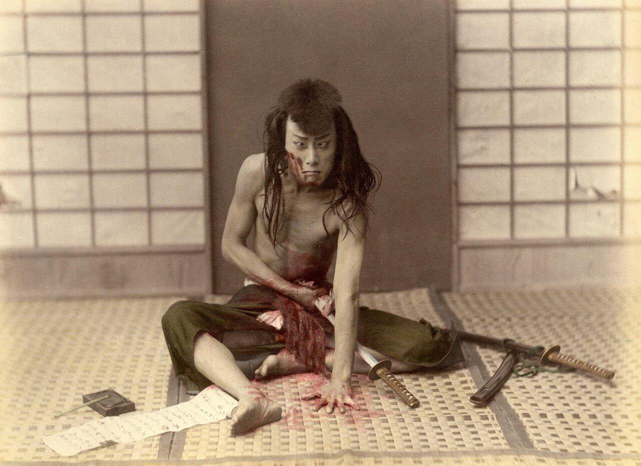 Самурай совершает ритуальное самоубийство. Примерно 1880