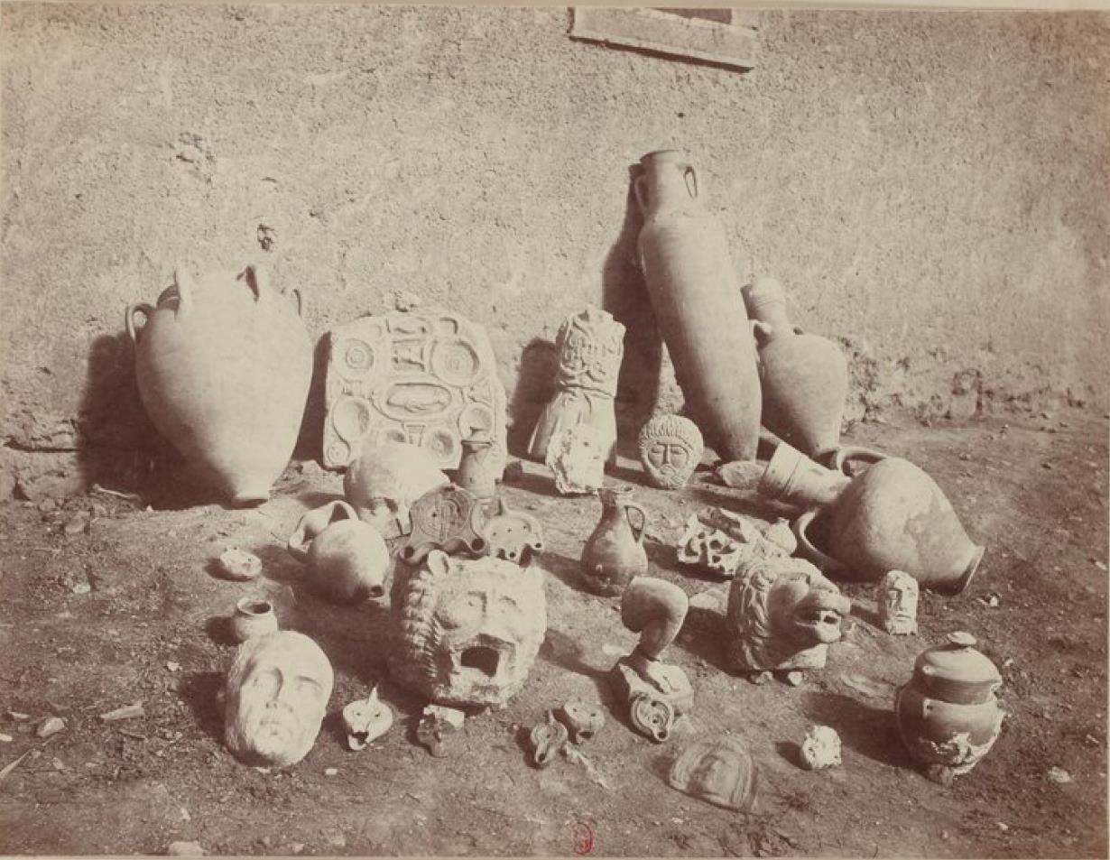 Ламбезис. Лампы, урны и кувшины, найденные при раскопках
