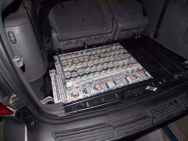 Помощник депутата Сейма Польши пытался провезти через границу 2430 пачек сигарет и 11,8 кг янтаря, - Госпогранслужба. ФОТОрепортаж