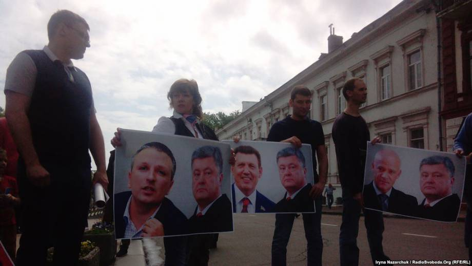 В Одессе Порошенко встречали «декомунізованою» стеной и пикетом