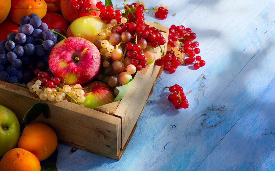 9. Свежие фрукты, овощи и ягоды. На 100 грамм продукта калорийность зеленого яблока составляет всего