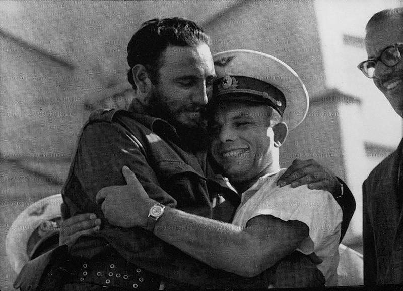7. Дружеские объятия с Фиделем Кастро.