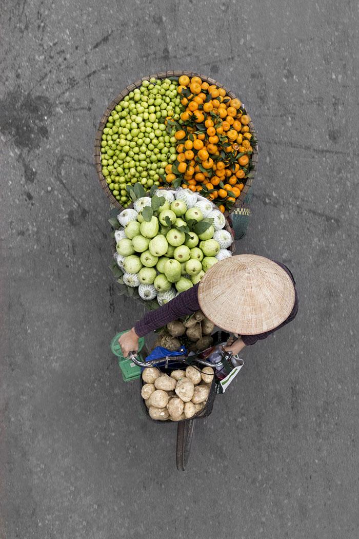 Вид сверху: фотограф целые дни проводила на мосту и снимала уличных торговцев (12 фото)
