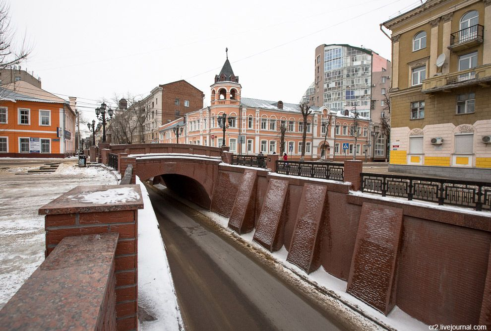 Воронеж — холмистый город. Рельеф и низкая застройка делают его более колоритным. Улица Декабр