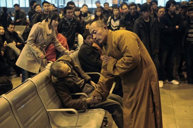 7. Монах рядом с пожилым человеком, который внезапно умер, ожидая поезда в округе Тайюань, провинция