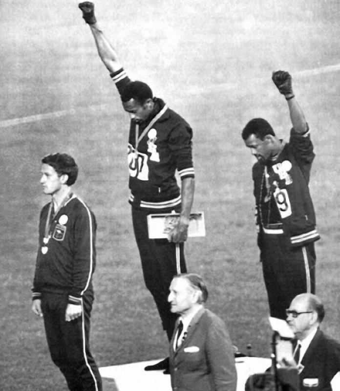 9. Афроамериканские атлеты Томми Смит и Джон Карлос поднимают кулаки в жесте солидарности. Олимпийск