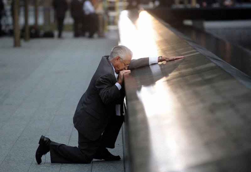 25. Отец погибшего сына у мемориала 9/11 во время десятой ежегодной церемонии на территории Всемирно