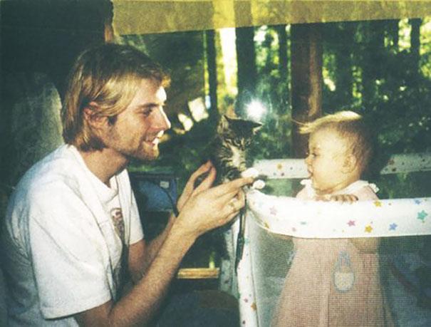 26-летний Курт Кобейн показывает котенка своей дочери Фрэнсис, 1993 год.