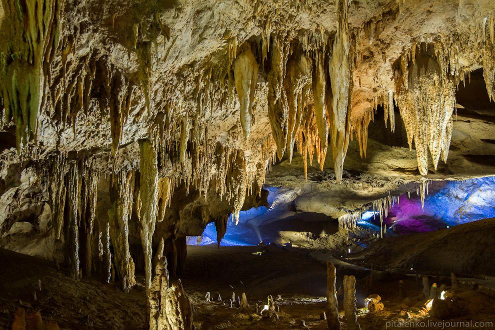 38. В пещере смонтирована разноцветная подсветка и играет музыка.