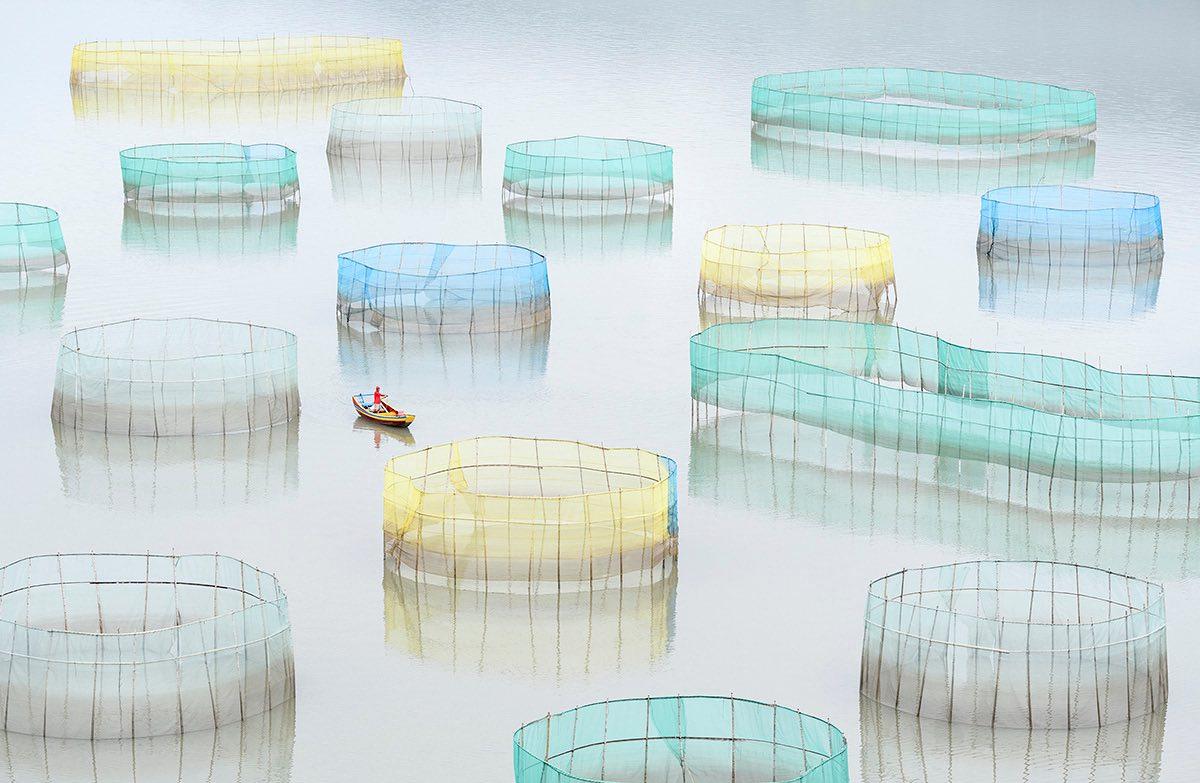 Марсель ван Остен, Нидерланды. Специальный приз «Человечество». Фермер плывет на лодке, проверяя сет