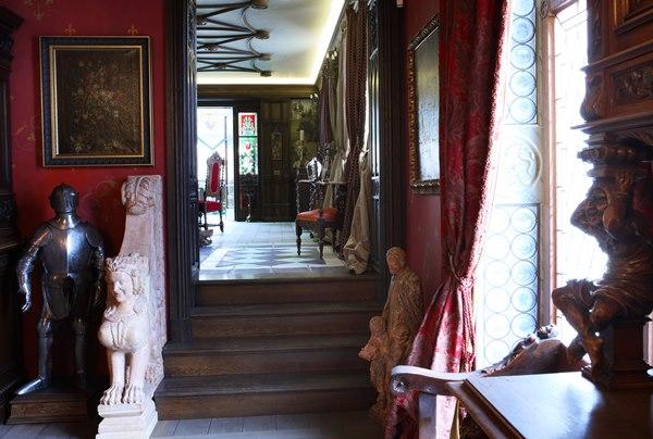 В квартире (если, конечно, это слово уместно в данном контексте) Никаса сочетаются два стиля: дворцо