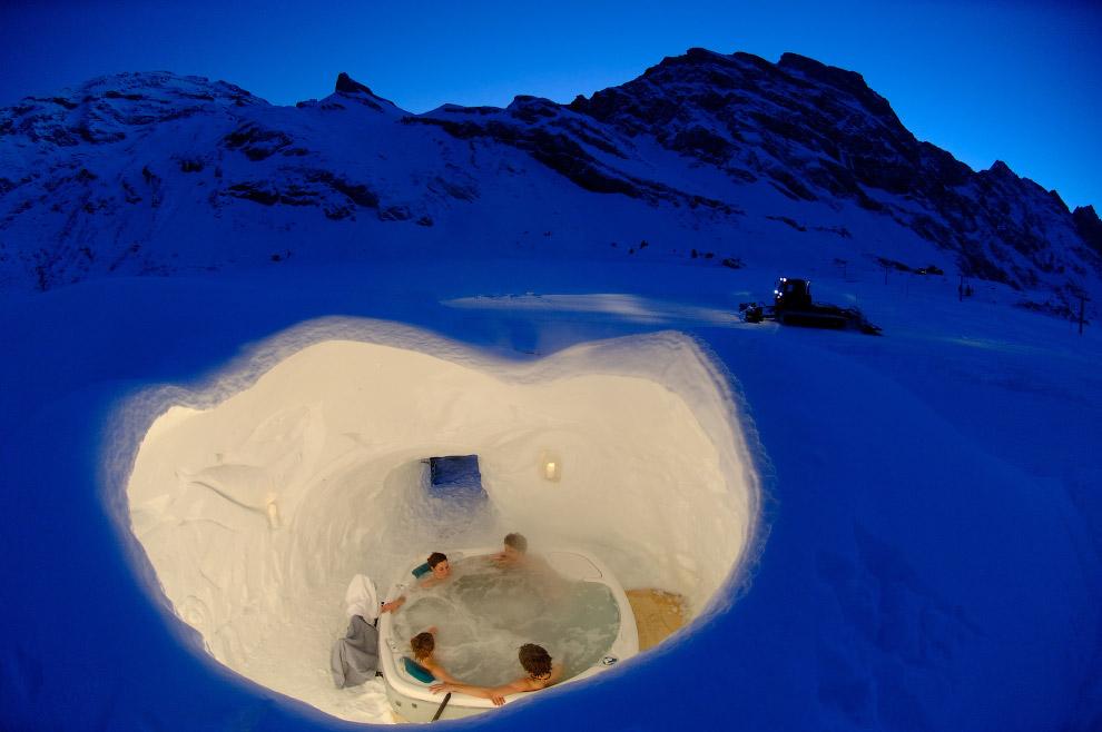 10. Горячая ванна в деревянной кадке в Альпах.