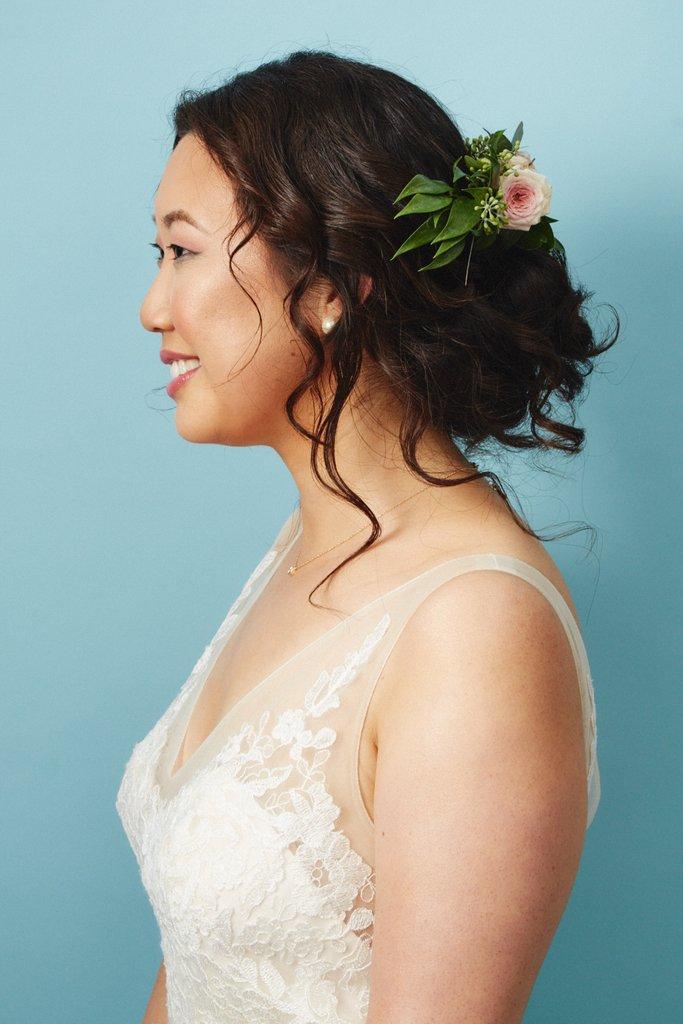 свадебные-прически-с-цветами9.jpg