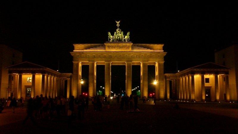 Бранденбургские ворота нестали окрашивать вцвета русского флага