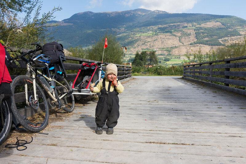 ребенок в велопоходе по Альпам, Италия