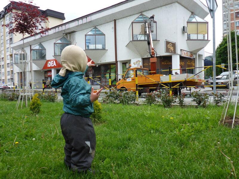 ребенко смотрит на кран с кабинкой